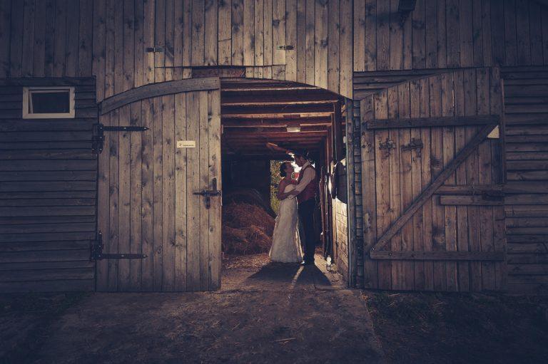20-sesja-slubna-stodoła