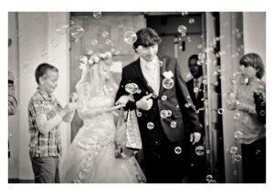 24-Bańki-Mydlane-wyjście-z-kościoła-po-ślubie-